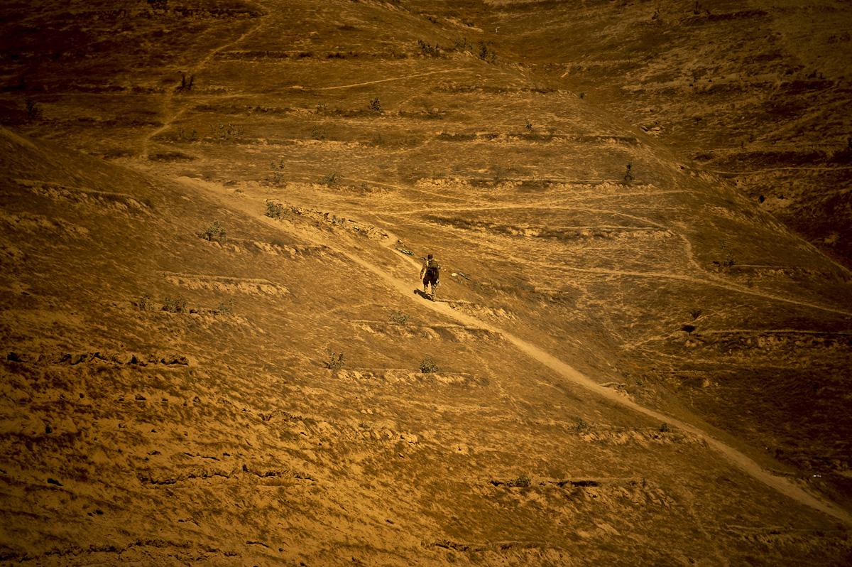 Ein Soldat geht im OP-North einen steilen Weg hinauf.