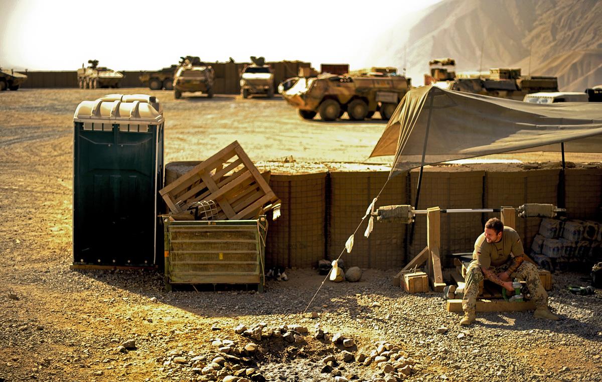 Ein Soldaten trainiert im OP-North auf einer improvisierten Hantelbank.