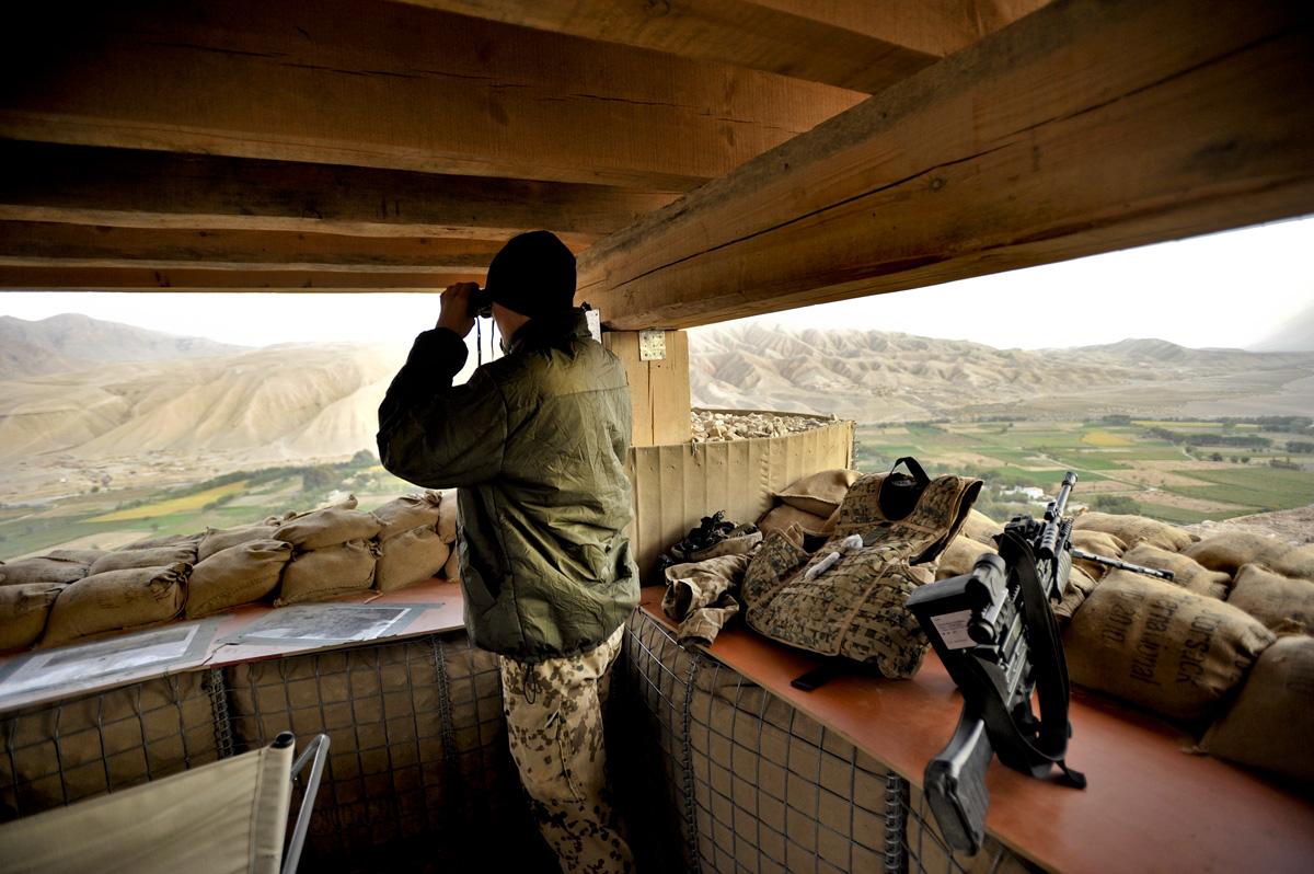 Ein Soldat sichert im OP-North aus einer Stellung heraus das Lager.