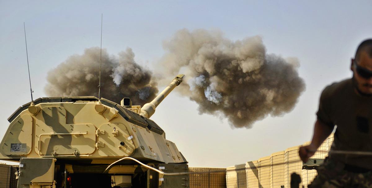 Soldaten schießen im OP-North eine Panzerhaubitze 2000 ein. Das fahrbare Artillerie-Geschütz kann mit Steilfeuer und Leuchtmitteln die Truppen unterstützen.