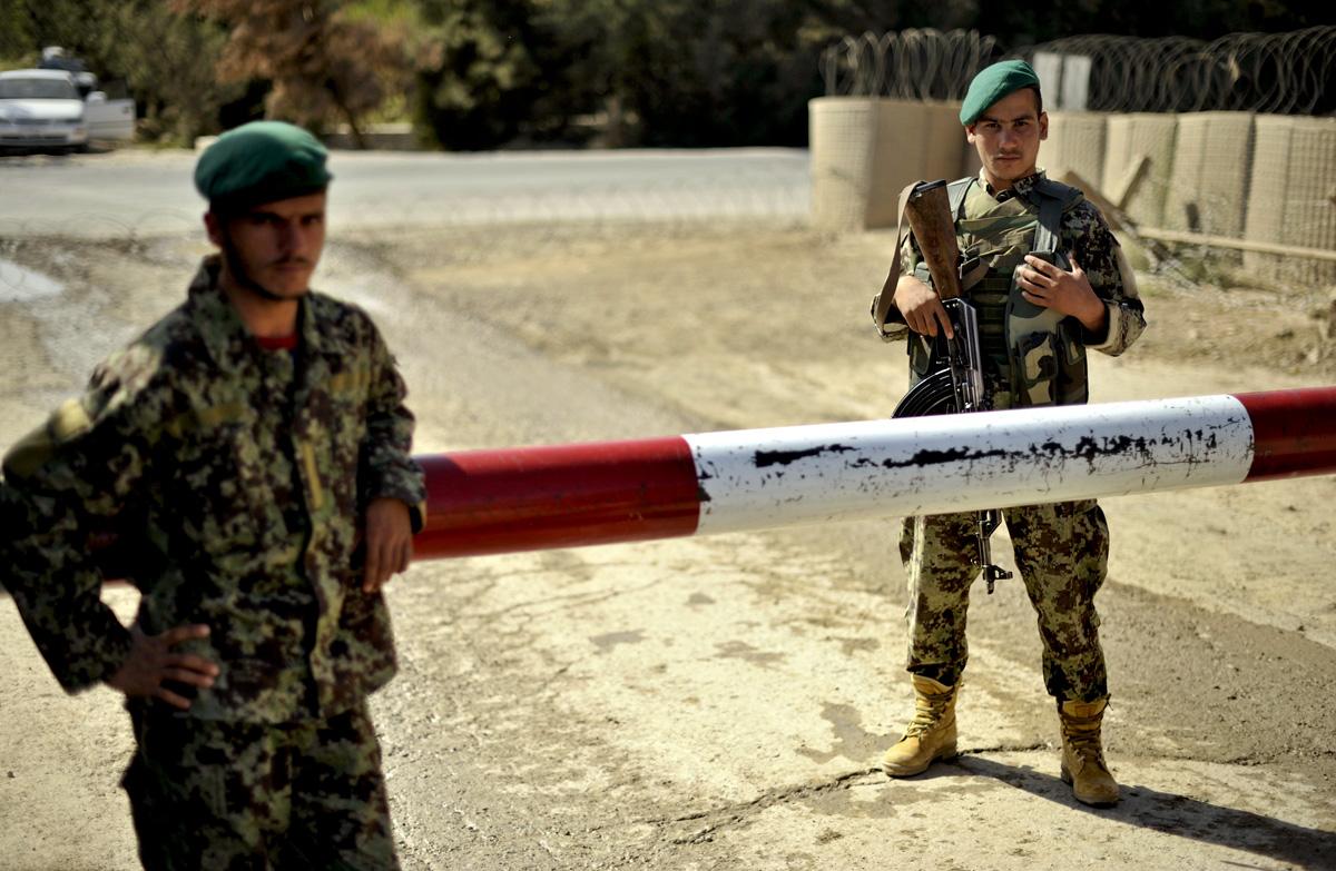 Afghanische Guards  sichen das Haupttor des OP-North.