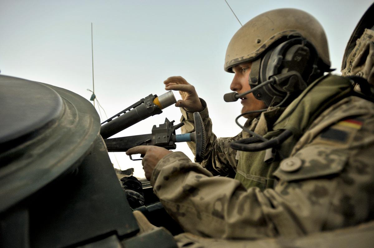 Soldaten bereiten sich im OP-North auf einen Überwachungsauftrag vor, bei dem sie das Lager verlassen.