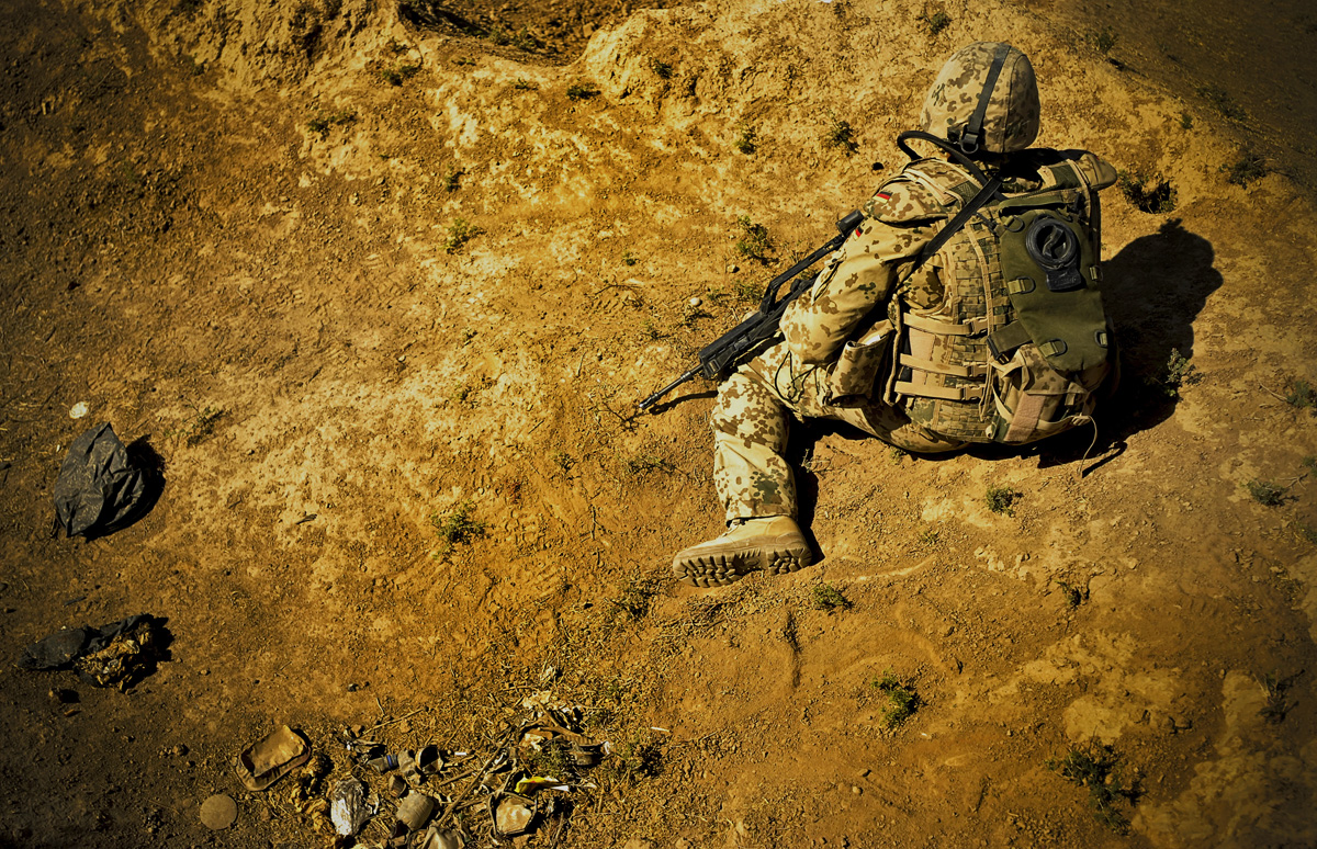Soldaten sichern bei Baghlan nahe dem Checkpoint 100 eine Gesprächsaufklärung.