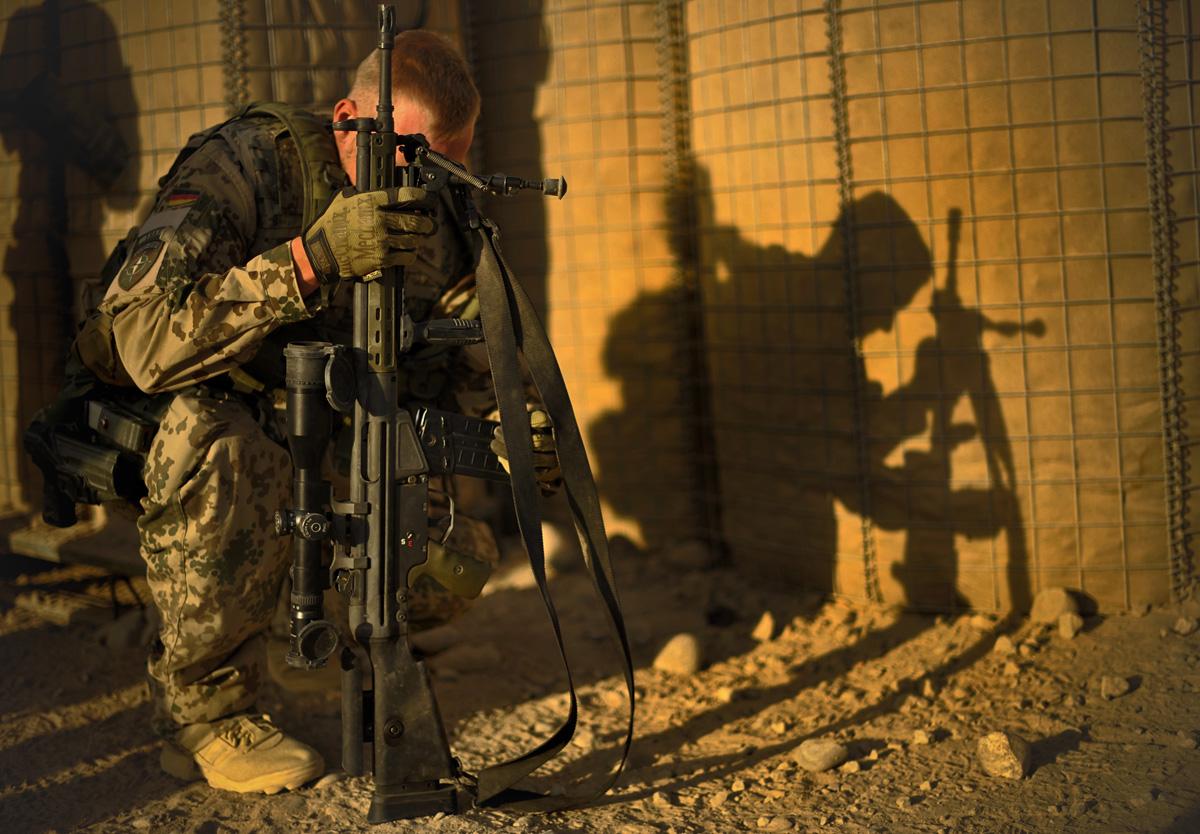 Ein Soldat entlädt am Eingang zum OP-North, nach einem mehr tägigen Einsatz in einem COP C1 (Combat Outpost) sein Gewehr G3 DMR von Heckler und Koch.