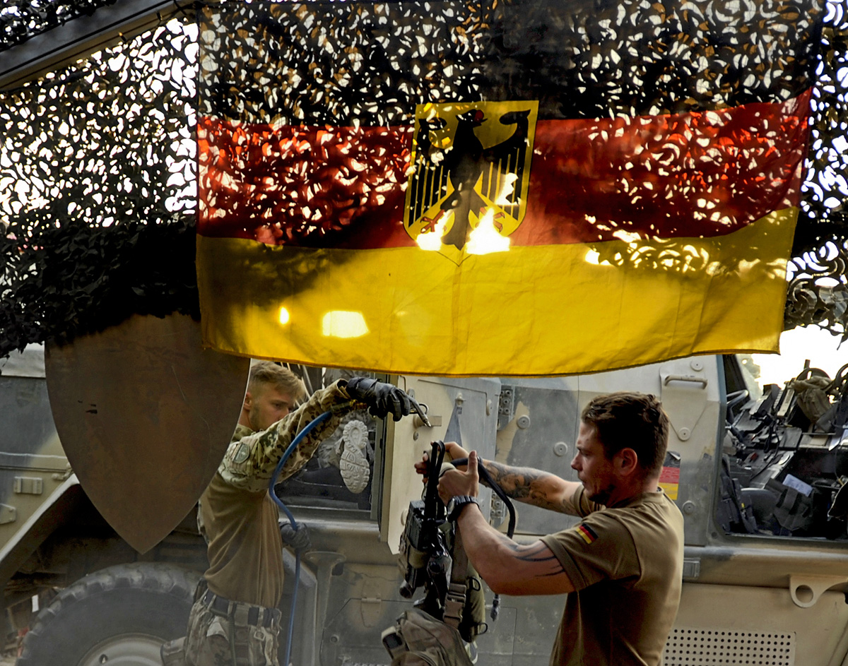 Soldat reinigen im OP-North nach einem mehr tägigen Einsatz in einem Combat Outpost ihre Ausrüstung mit Druckluft vom Staub.