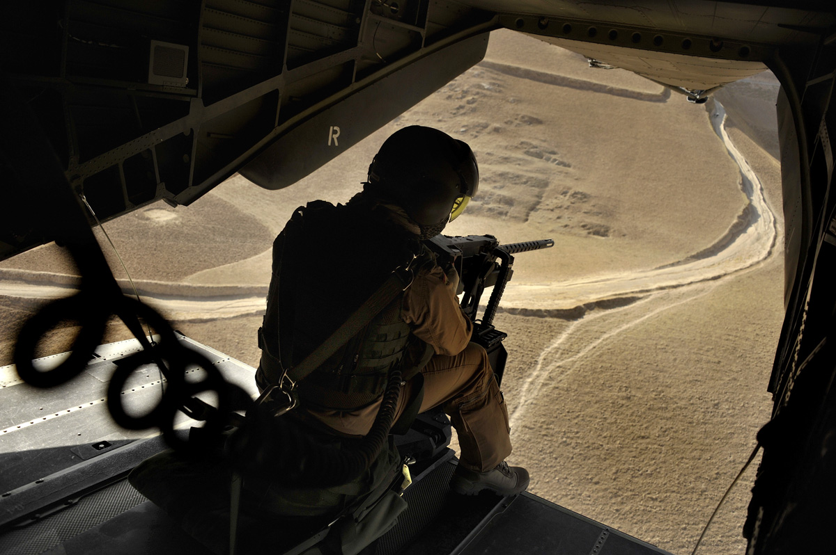 Ein Soldat sichert auf einem Flug vom OP-North nach Mazar-e-Scharif mit einem schwerem Maschinengewehr MG50-1 von Browning von der Heckrampe eines Transporthubschrauber CH53.