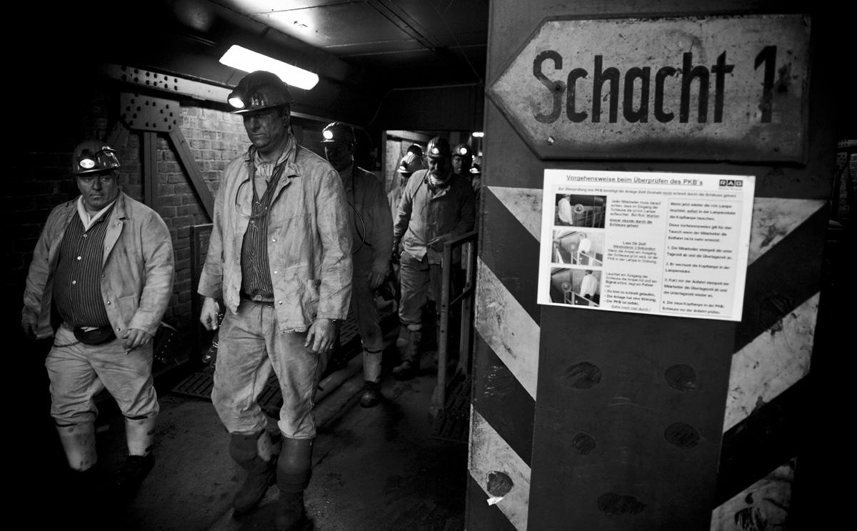 Bergleute geht nach der Fördereinstellung im Bergwerk West zur Schwarzkaue.