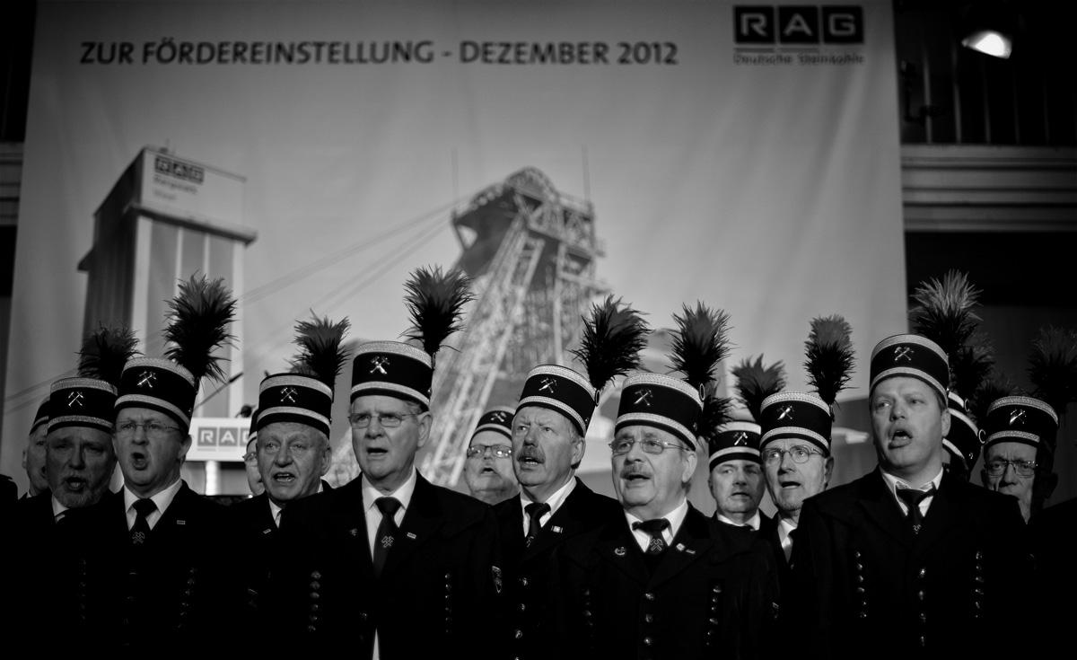 Der Ruhrkohle-Chor singt zur Fördereinstellung in der Lohnhalle des Bergwerk West.