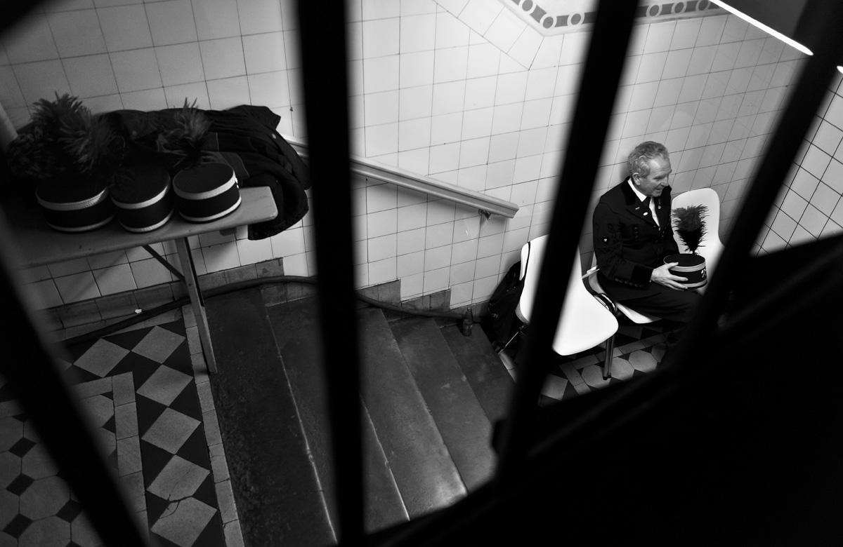 Ein Bergmann sitzt am Rande der Fördereinstellung im Bergwerk West in einem Treppenhaus.