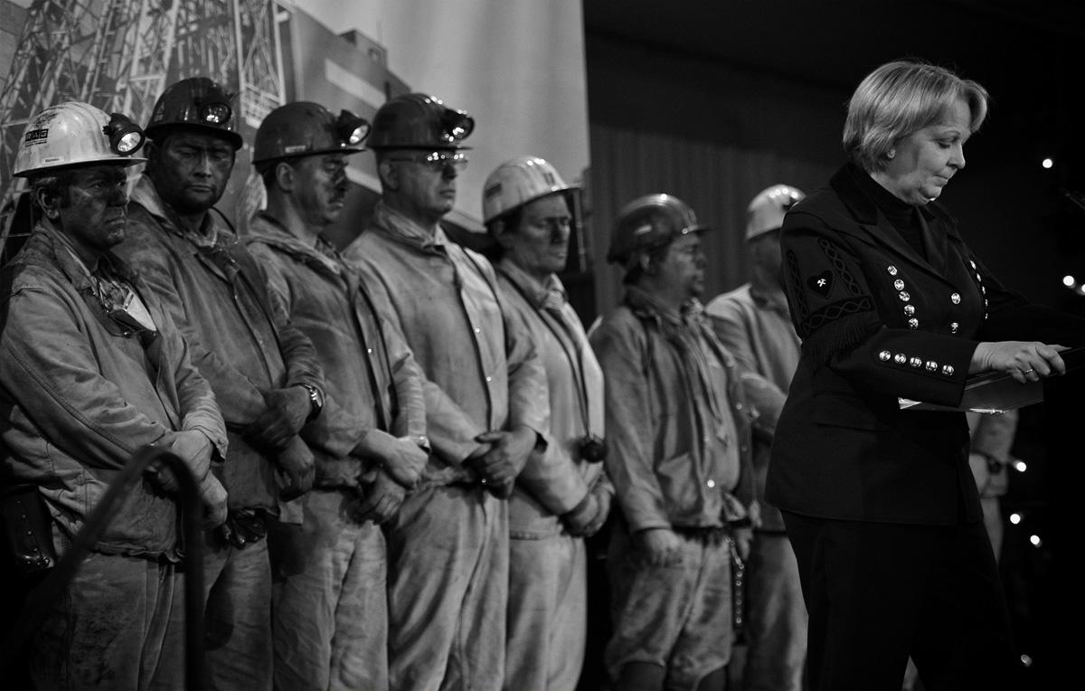 Bergleute stehen anlässlich der Fördereinstellung in der Lohnhalle des Bergwerk West.