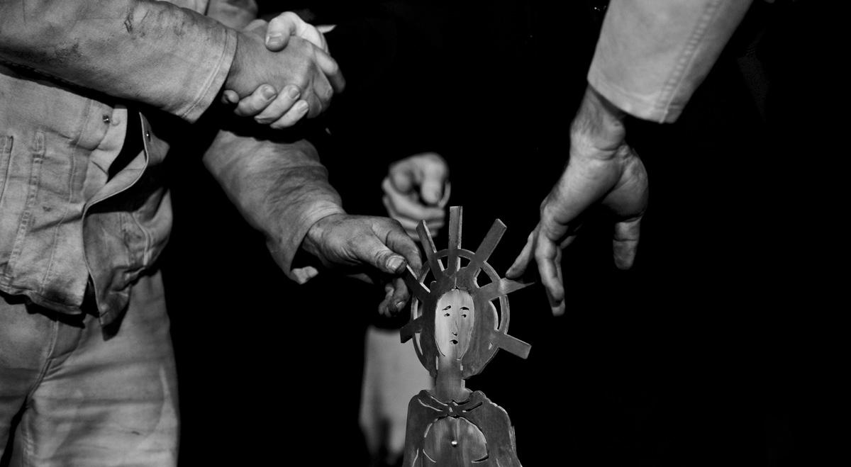 Bergleute übergeben im Bergwerk West anlässlich der Fördereinstellung eine Figur der heiligen Barbara, dem Schutzpatron der Bergleute, an den Buergermeister.
