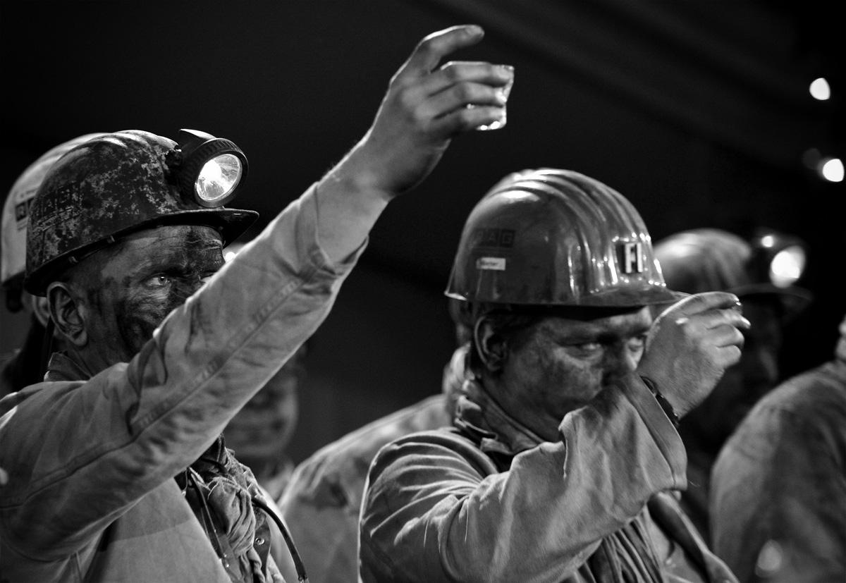 Bergleute trinken im der Fördereinstellung des Bergwerk West Schnaps, das sogenannten Grubenwasser.